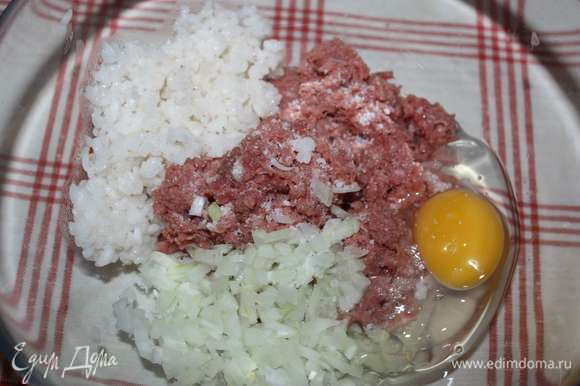 Далее добавить яйца и соль.