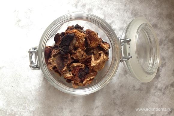 Белые грибы (у меня сушеные) заливаю водой на 10 минут. В это время чищу лук, шампиньоны, чеснок. Нарезаю лук, шампиньоны, чеснок оставляю целым. Ставлю на огонь сковородку, наливаю 2 ст. л. масла, поджариваю лук, чеснок, шампиньоны.