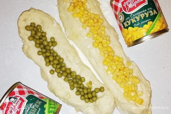 Выложим в одну лодочку кукурузу, а во вторую — зеленый горошек ТМ «Фрау Марта».