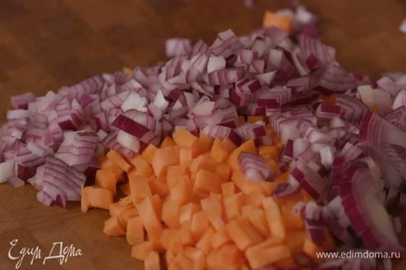 Морковь и красный лук почистить и порезать небольшими кубиками.