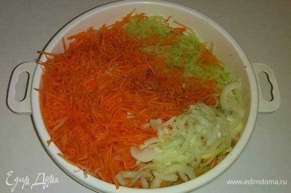 Подготовленные овощи кладем в емкость и перемешиваем их.