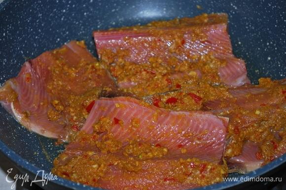 Рыбу обжарьте на сковороде до готовности (примерно в течение 15–17 минут). Дайте рыбе остыть. Отделите рыбу от костей и разберите на кусочки.