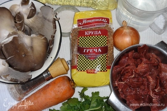 Подготовить продукты, необходимые для приготовления блюда. На фото отсутствуют сливочное масло и лавровый лист, забыла положить) Прежде чем готовить блюдо в горшках, измерьте объем посуды и рассчитайте, какое количество продуктов необходимо. Не забывайте о том, что крупа увеличится в размере вдвое.