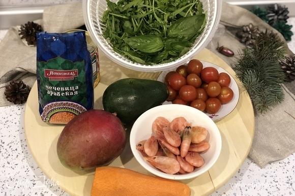 Необходимые ингредиенты. Ингредиенты в баночки будем выкладывать слоями: 1 слой — заправка (по 2 столовые ложки в каждую баночку). 2 слой — чечевица. 3 слой — авокадо, нарезанное кубиками. 4 слой — морковь. 5 слой — помидоры. 6 слой — рукола или другой салат. 7 слой — манго, нарезанное кубиками. 8 слой — рукола или другой салат. 9 слой — креветки.