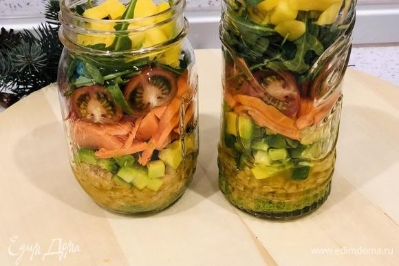 6 слой: добавляем руколу или другой салат. 7 слой: кладем манго.