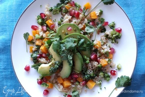 Соберем салат в тарелке: в хаотичном порядке выкладываем все ингредиенты. Поливаем соусом. Приятного аппетита!