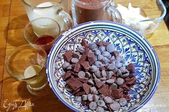 Итак, приступим! Берем самый лучший шоколад (я использую французский профессиональный, он продается в специализированных магазинах для кондитеров, но можно использовать и российский шоколад). В качестве алкоголя использовала сливочный ликер. Если хотите более яркого и насыщенного аромата, то смело берите коньяк или ром. Сливки обязательно жирные — не менее 33%. Сливочное масло, как всегда, используем несоленое, 82,5% жирности. И натуральный подсластитель — мед. Если у вас на него аллергия, то можно заменить на тримолин (продается в специализированных магазинах для кондитеров).