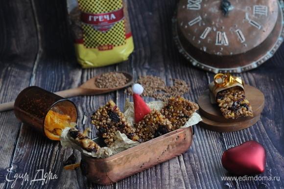 Когда откусываешь козинак, сначала чувствуется апельсиновый новогодний вкус. Можно даже добавить в сироп к цукатам тертый имбирь, он отлично подойдет! Затем чувствуется приятный оттенок гречки. Кисло-сладкая клюква лишь подчеркивает сбалансированный вкус козинака.