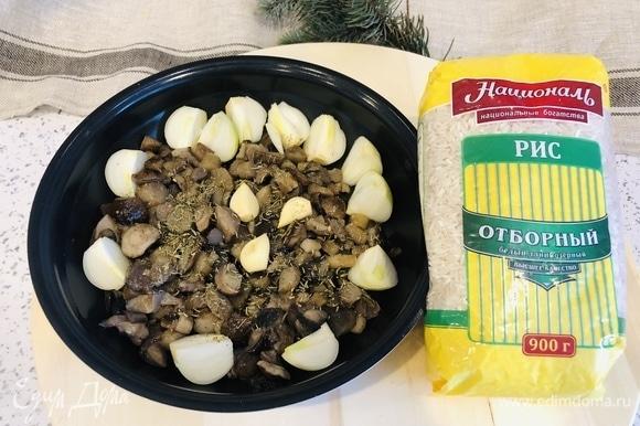 Грибы разморозить, положить в блюдо. Посолить, поперчить, добавить веточки тимьяна (можно сушеного), зубчики чеснока, четвертинки лука, полить ложкой оливкового масла. Помешать и поставить в духовку на 30 минут при 180°С. Вместо духовки грибочки можно пожарить с луком и чесноком на сковороде.