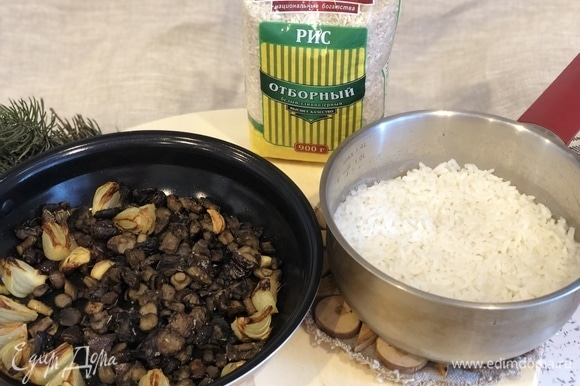 Приготовленные грибы и рис положить в блендер.