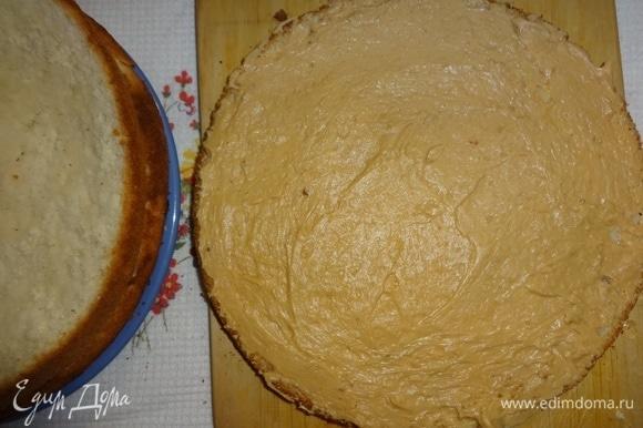 Каждый пласт смазать кремом, оставляя немного крема для смазывания боков торта, и собрать торт.
