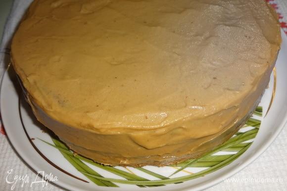 Смазать оставшимся кремом бока торта. Поставить торт в холодильник на 1 час.