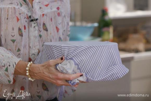 Смочить полотенце горячей водой, накрыть им получившееся тесто и убрать его в теплое место без сквозняков на 30 минут.
