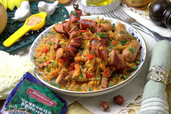 Каждый кладет себе в тарелку охотничью колбаску или сосиску.