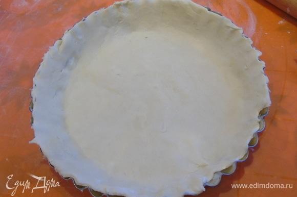 Раскатываем тесто и выкладываем в форму.
