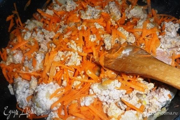 Добавить морковь в сковороду, перемешать и продолжать обжаривать еще 5 минут.