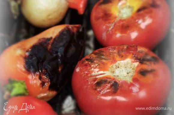Естественно, первыми начинают созревать помидоры и перцы. В силу своей сочности и «мягкотелости–тонкокожести». Не стесняйтесь крутить овощи на решетке или, проще говоря, над углями. Добивайтесь равномерного пропекания всей внутренней части овощей. Вот в этом вопросе «шампурный» способ весьма удобен. Только шампуры должны быть широкие. На узких овощи (помидоры особенно) будут крутиться сами по себе независимо от ваших желаний.