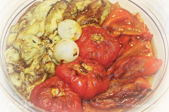 Ну а помидоры просто пропекаются внутри, все оставляем так как есть. С лука снять только верхний слой всякой шелухи. Собственно, можно и так подавать. Все составляющие выкладываете на блюдо, и к столу. Каждый себе возьмет то, что хочет, и сколько ему надо.