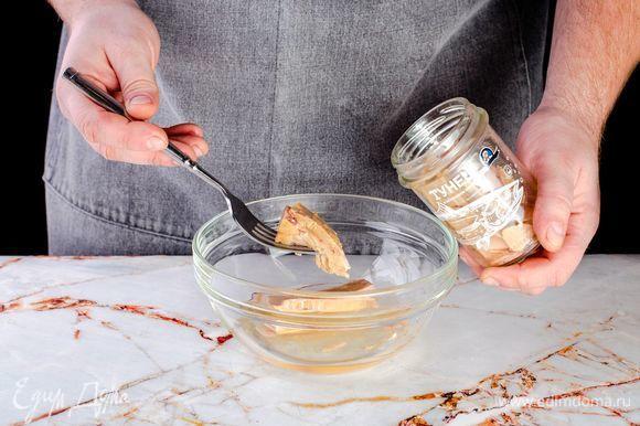 Тунца в оливковом масле ТМ «Капитан Вкусов» разомните вилкой. Масло слейте в сковороду, на которой будет готовиться рататуй.