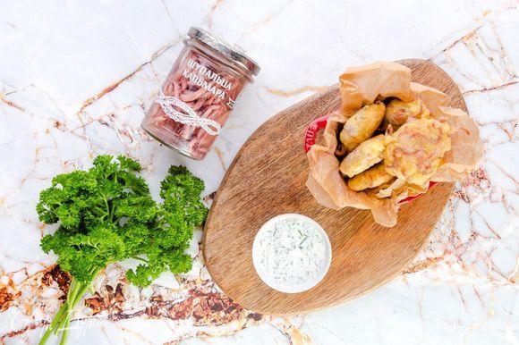 Подавайте щупальца кальмара в панировке с соусом. Приятного аппетита!
