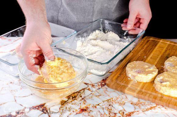 Обваляйте медальоны сначала в муке, затем — во взбитом яйце с кунжутом.
