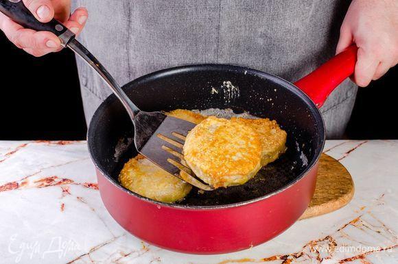 Обжаривайте хека на разогретой сковороде с растительным маслом до румяной корочки с двух сторон.