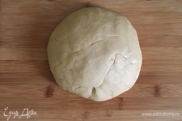 Влить жидкую массу к сухой и начать замешивать тесто. Вымешивать примерно 5 минут, затем переложить в чистую, смазанную маслом миску, накрыть полотенцем и оставить подойти на 1–1,5 часа в теплом месте.