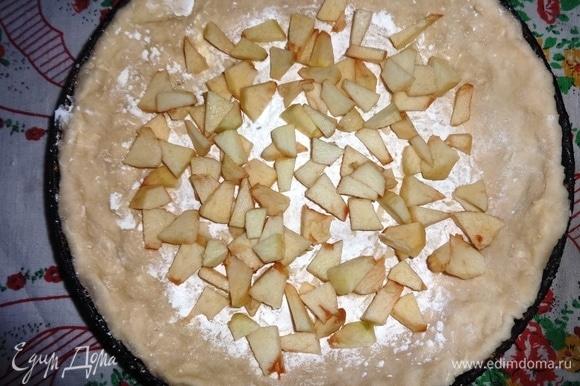 Посыпать дно заготовки из теста крахмалом, выложить яблоки.