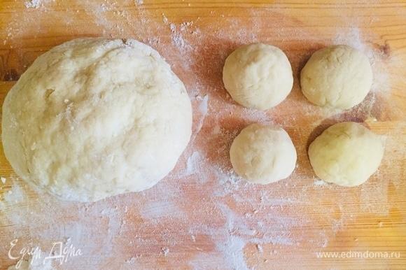 Замешиваем тесто, чтобы слегка прилипало к рукам. Отщипываем тесто и ладошками катаем шарики. Шарики не должны быть большими, так как не пропекутся, маленькие тоже не стоит делать — будут очень сухими. Шарики должны быть среднего размера.