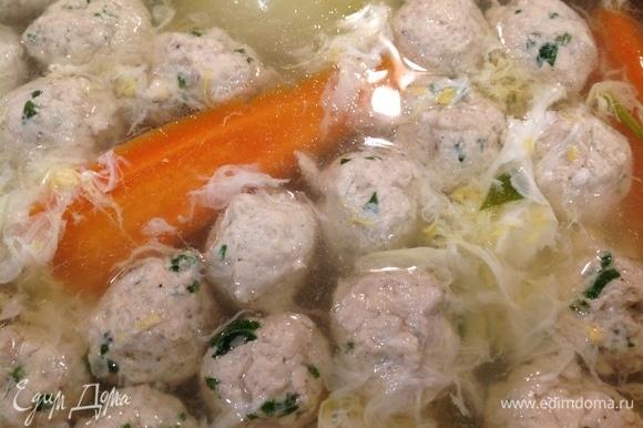 Вливаю яйцо в суп понемногу, быстро помешивая. Выключаю суп. Накрываю крышкой.