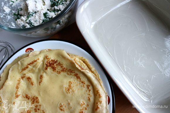 Форму смазать сливочным маслом. Вместо масла можно на дно формы поместить соус бешамель (примерно 3 ст. л.). Его приготовление в следующих шагах.