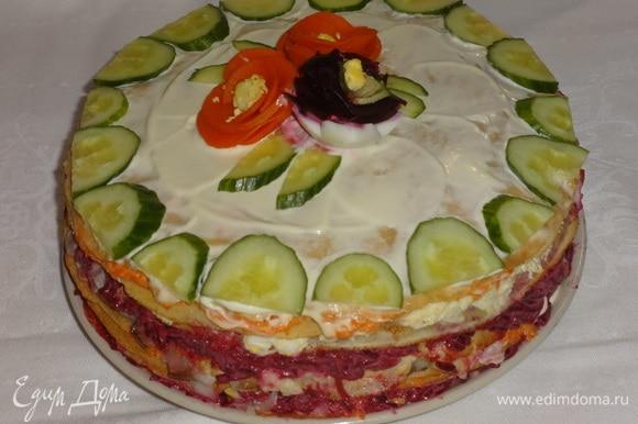 Смазать верх торта 3 ст. л. майонеза. Украсить по желанию. Я украшала «цветами» из овощей и яйца и свежим огурцом. Поставить закусочный блинный торт в холодильник на 1 час.