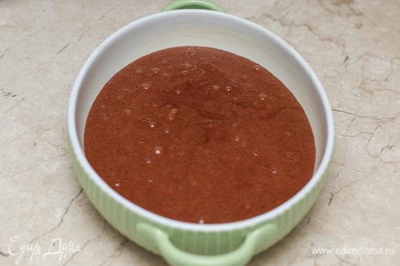 Форму для выпечки смажьте маслом. Перелейте тесто в форму и выпекайте до сухой шпажки в духовке, разогретой до 170°C. В моей духовке это занимает примерно 30 минут.