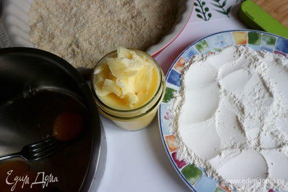 Приготовить две большие тарелки: одну — с мукой, другую — с сухарями. В отдельную широкую миску разбить 2 яйца, добавить 1 ст. л. воды, взбить слегка вилкой.