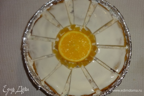 В форму выложить середину «ромашки», на нее положить кружок апельсина. Далее по кругу выложить лепестки. Зазор между серединой и лепестками заполнить цукатами желтого цвета. Поставить торт в холодильник для застывания на несколько часов. Хотя крем начал застывать уже при сборке торта.