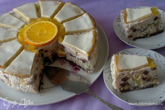 Разрезать торт на порции и подать вместе с любимым напитком.