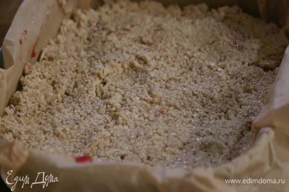 Равномерно выложить ореховую массу поверх джема и отправить противень в разогретую духовку на 45 минут.