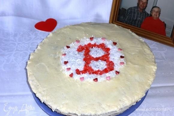 В середину торта насыпать кокосовой стружки, выложить из цукатов букву «В». Украсить кондитерской посыпкой в форме сердечек. Поставить торт в холодильник для пропитки на 3–4 часа.