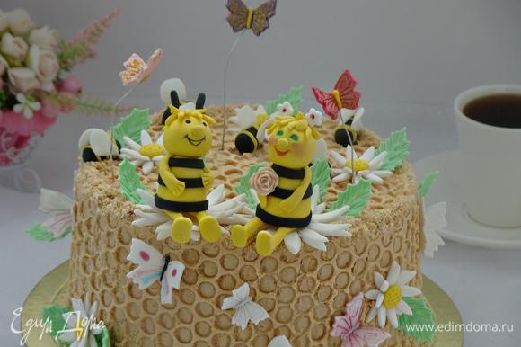 Пленку аккуратно снять и украсить торт по своему вкусу. Я решила украсить парочкой влюбленных пчелок. Вот такой вот получился тортик: теплый, добрый, ароматный и по-семейному уютный!