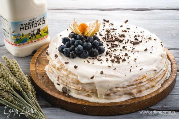 Сверху торт украсьте ягодами и шоколадной крошкой. Приятного аппетита!
