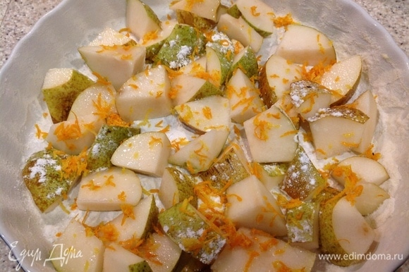 Добавить цедру лимона, апельсина, корицу и сахарную пудру, посыпать груши.