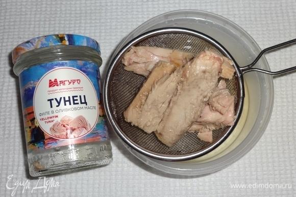 Открыть банку с консервированным тунцом ТМ «Магуро». Откинуть тунца на сито и дать стечь маслу.