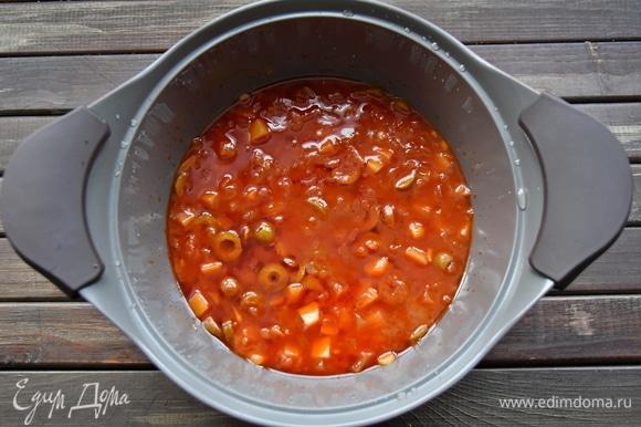Добавить томатную пасту, разведенную в стакане воды. Соус потушить минут 10 на медленном огне.