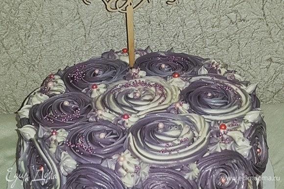 Выкладываем 3 вида крема в кондитерский мешок с насадкой «закрытая звезда» и украшаем торт розочками. Начинаем с нижнего края и движемся выше, а потом — от края к середине. Готовый торт отправляем в холодильник на ночь.