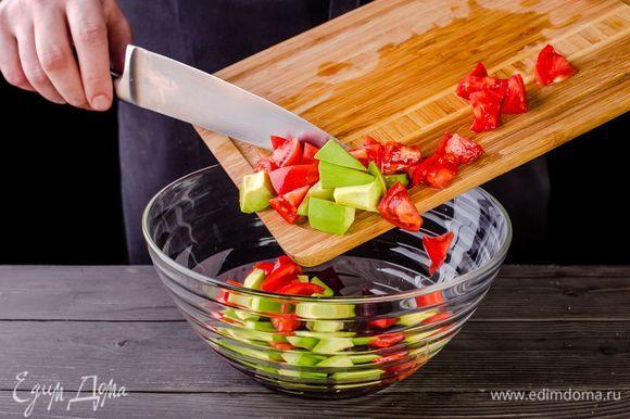 Смешайте в салатнике свеклу, помидоры, авокадо.