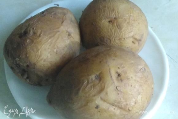 Отварить картофель в мундире. Лучше это сделать заранее, чтобы картофель был полностью остужен и высушен. Так при нарезке он не будет рассыпаться.