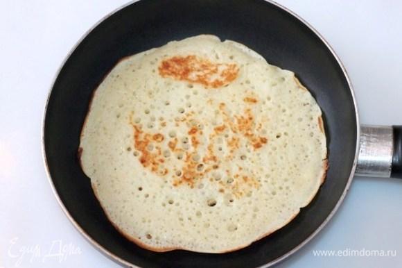 Как только тесто поднимется, выпекать блины на раскаленной и смазанной топленым маслом сковороде.