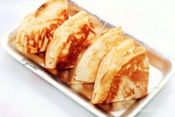 Каждый готовый блин кладем на тарелку, смазываем сливочным маслом. Складываем блины треугольником, держим под крышкой, чтобы не остывали.