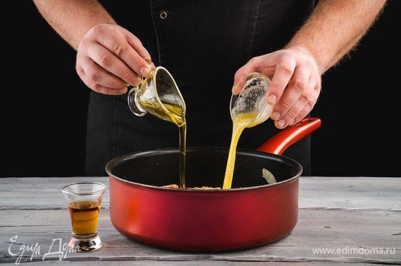 Затем добавьте растопленное сливочное масло, мед и коньяк. Готовьте на медленном огне в течение 15 минут. Кусочки яблок должны стать мягкими.