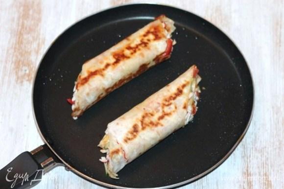 Подрумянивать лаваш с двух сторон до расплавления сыра.